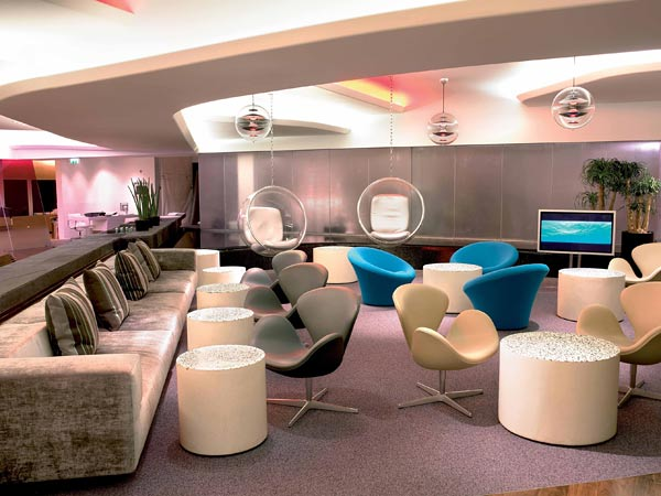 "Bei Virgin Atlantic heißen die Lounges nicht Lounge, sondern ""Clubhouse"". Im ""Clubhouse"" London-Heathrow dominiert Retro-Design. (Foto: Virgin Atlantic)"