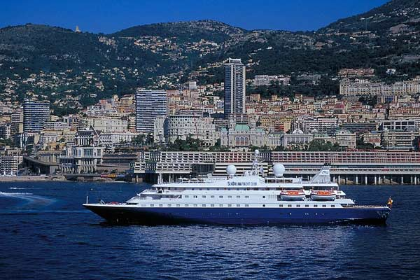 "Die ""Sea Dream I"" vor dem Hafen in Monte Carlo. (Foto: SeaDream)"