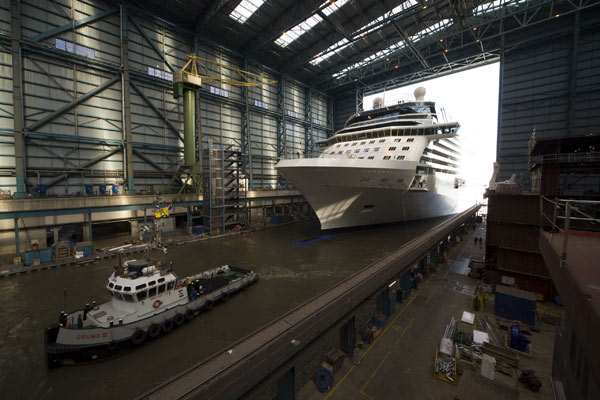 "Der 317 Meter lange Kreuzfahrtschiff-Neubau ""Celebrity Equinox"" beim Verlassen des überdachten Baudocks der Meyer-Werft in Papenburg (Kreis Emsland) am 06.06.2009. (Foto: Celebrity Cruises)"
