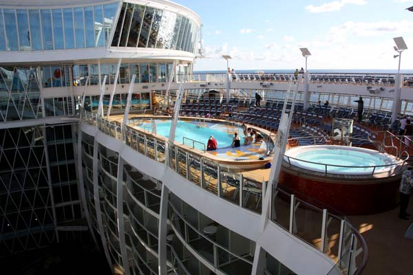 "Pools auf der""Oasis of the Seas"".  (Foto: Franz Neumeier/srt)"
