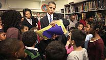 Obama in der Schule (Foto: AP)
