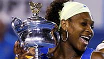 Serena Williams herzt den Australian-Open-Pokal. (Foto: Reuters)