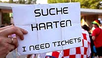 Ticketsuche (Foto: imago)