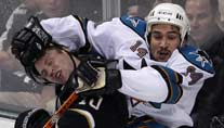 Shark-Profi Jonathan Cheechoo checkt Brenden Morrow. (Foto: Reuters)