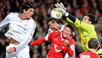 Hannovers Keeper Fromlowitz stoppt Bayerns Gomez. (Foto: dpa)