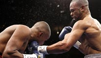 Roy Jones jr. (re.) trifft Felix Trinidad (Foto: Reuters)
