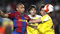 Barcas Thierry Henry (links) kämpft mit David Cortes um den Ball (Foto: Reuters)