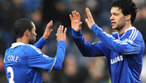 Chelseas Ballack (re.) klatscht mit Teamkollege Ashley Cole ab. (Foto: imago)