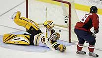 Backstrom (re.) trifft gegen Bruins Goalie Thomas (Foto: Reuters)