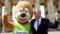 Leichtathletik-WM: Brgermeister Klaus Wowereit und das WM-Maskottchen (Foto: imago)