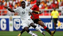 Ghanas Asamoah (l.) im Duell mit Angolas Campos. (Foto: Reuters)
