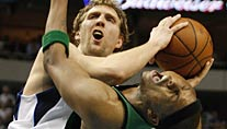 Dirk Nowitzki foult Bostons Paul Pierce (Foto: Reuters)