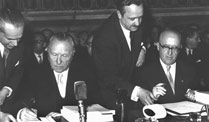 Konrad Adenauer unterzeichnet 1957 die Rmischen Vertrge