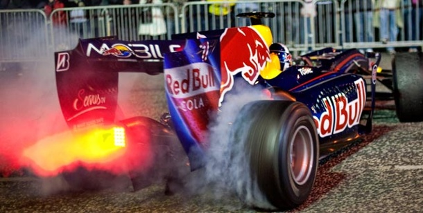 Red Bull Racing: Coulthard rast durch die Straßen von Belfast. David Coulthard rast durch die irische Nacht (Foto: Red Bull)