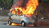 Tata Nano: Billigheimer in Flammen. Tata Nano in Flammen (Archivbild: AFP)