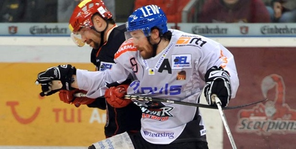 DEL: Hannover Scorpions legt zu Hause vor . Hannovers Thomas Dolak (li) Arm an Arm mit Jeff Likens (Foto: dpa)