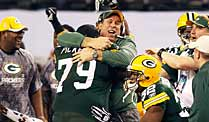 Super Bowl: Packers holen die Trophäe nach Hause. Kollektiver Jubel bei den Green Bay Packers: Defensive tackle Ryan Pickett (79) herzt Head-Coach Mike McCarthy. (Foto: Reuters)