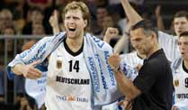 Basketball-Bundestrainer Bauermann nominiert EM-Kader. Nationaltrainer Dirk Bauermann (re.) darf hoffen: Dirk Nowitzki (li.) stößt wohl noch zur Mannschaft. (Foto: imago)