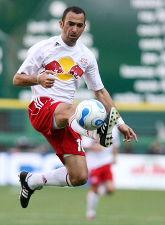 youri djorkaeff zauberte in der bundesliga f r den 1 fc kaiserslautern und ging 2005 nach new. Black Bedroom Furniture Sets. Home Design Ideas