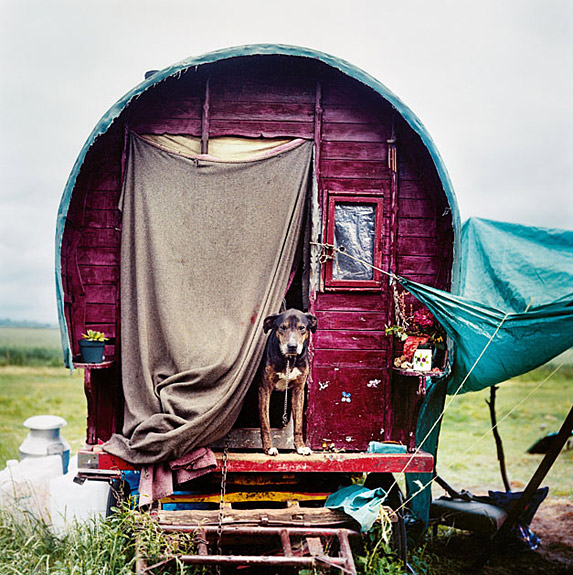 Titel: Bryony's wagon, 2010, from The New Gypsies by Iain McKell, copyright © Iain McKell, 2011 (Quelle:  Iain McKell)