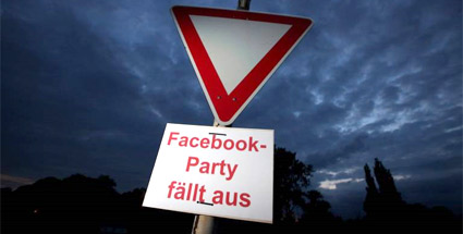 "Facebook warnt Teenager vor Party-Gau. Warnschild: ""Facebook-Party fällt aus"". (Quelle: imago)"