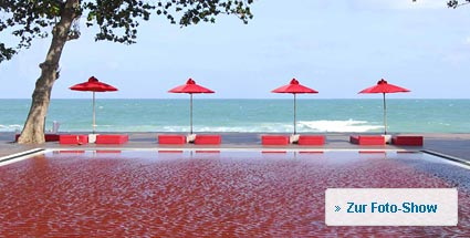 """Red Pools"": Planschspaß in blutroten Swimmingpools. Blick auf den ""Red Pool"" auf Koh Samui (Foto: Library Resort)"
