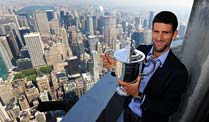 Novak Djokovic: US Open-Sieger bricht Preisgeld-Rekord. Novak Djokovic thront mit der US-Open-Trophäe über New York. (Quelle: imago)