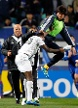 Kung-Fu-Fighting: Ein koreanischer Spieler der Suwon Bluewings attackiert Mohammed Kasola. (Quelle: Reuters)