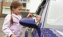 Kinderschutz: Unbekannte sprechen Kinder an - wie groß ist die Gefahr?. Grundregel für Kinder: Nie von Unbekannten ans Auto locken lassen! (Quelle: Thinkstock by Getty-Images)