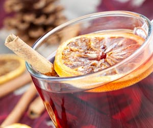 Der perfekte Glühwein. Glühwein mit Orange und Zimt. (Quelle: Thinkstock by Getty-Images)