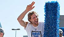 Dirk Nowitzki: Star der Dallas Mavericks will US-Bürger werden. Dirk Nowitzki winkt in Dallas den Fans zu nach dem Gewinn des NBA-Titels. (Quelle: imago)