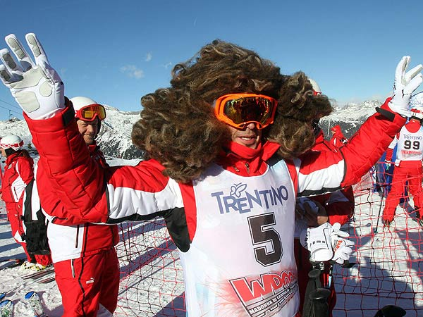 """Yeti"" in den Dolomiten gesichtet: Fernando Alonso in Madonna di Campiglio am Start. (Quelle: dpa)"