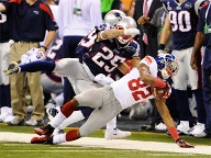 Giants-Receiver Mario Manningham (re.) sichert den Football vor Patriots Patrick Chung. (Quelle: dpa)
