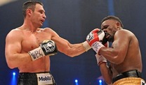 Dereck Chisora (re.) erweist sich fr Vitali Klitschko als harter Brocken. (Foto: dpa)