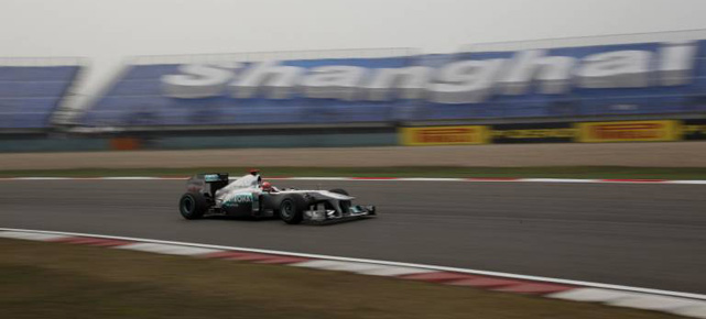 Michael Schumacher rast über den Shanghai International Circuit. (Quelle: imago)