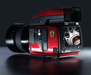 Hasselblad in der Ferrari-Edition. Hasselblad in der Ferrari-Edition. (Quelle: Hersteller)