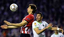 Europa League: Athletic Bilbao und Atletico Madrid im Endspiel. Bilbaos Fernando Llorente (li.) im Duell mit Sporting Lissabons Xandao. (Quelle: Reuters)