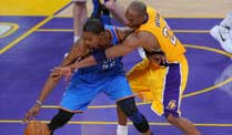 NBA: Oklahoma City Thunder stürzen Los Angeles Lakers. Duell der Superstars: Kevin Durant (l.) gegen Kobe Bryant (r.) (Quelle: imago)