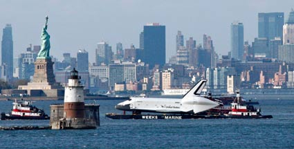 "Die Raumfähre ""Enterprise"" schipperte auf dem Hudson River in New York (Quelle: Reuters)"