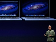 Apple-Manager Phil Schiller zeigt die neuen Macbook Pro mit Retina-Display. (Quelle: dapd)