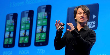 Windows Phone 8: Microsoft krempelt Smartphone-OS um. Joe Belfiore stellt in San Francisco Windows Phone 8 vor. (Quelle: Reuters)