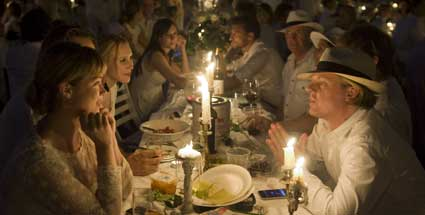 diner en blanc m nchen 500 menschen essen bei festlichem flashmob. Black Bedroom Furniture Sets. Home Design Ideas