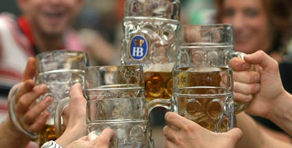 Das Oktoberfestbier ist sffiger als normales Bier. (Quelle: dpa)