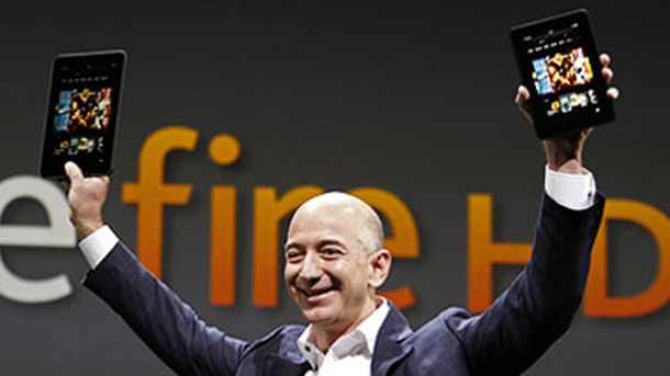 Kindle Fire HD: Amazon attackiert Apple iPad auch in Deutschland. Amazon-Gründer Jeff Bezos zeigt den neuen Tablet-PC Amazon Kindle Fire HD  (Quelle: dapd)