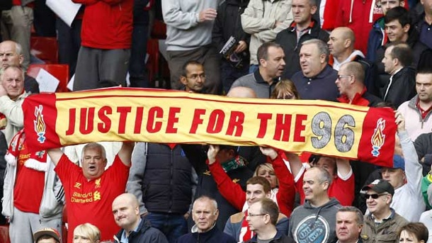 Premier League: Manchester-United-Fans verhöhnen die Opfer der Hillsborough-Katastrophe. Liverpool-Fans demonstrieren für eine Bestrafung der Verantwortlichen der Hillsborough-Katastrophe. (Quelle: imago)