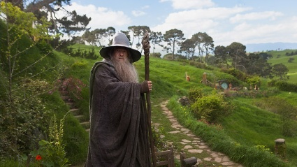 Schauspieler Ian McKellen schlpft auch in &quot;Der Hobbit&quot; wieder in die Rolle des Zauberers Gandalf. (Quelle: Warner Bros.)