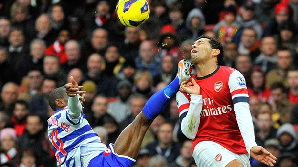 . Queens Park Rangers Shaun Wright-Phillips trifft Arsenals Andre Santos im Gesicht. (Quelle: Reuters)