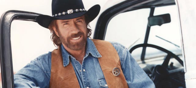 Chuck Norris in seiner Paraderolle als &quot;Texas Ranger&quot; (Quelle: Cinetext)