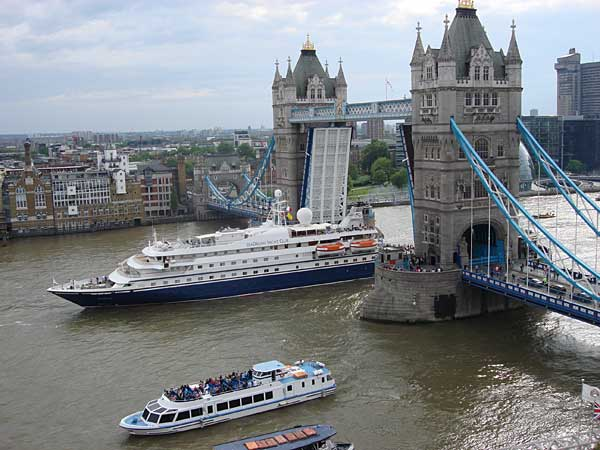 "Die ""Sea Dream"" kann beispielsweiseunter der Tower Bridge in London hindurch fahren. (Quelle: PR/Sea Dream)"