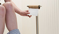 Klopapier: Frauen wickeln es gerne um die Hand. (Quelle: Thinkstock by Getty-Images)